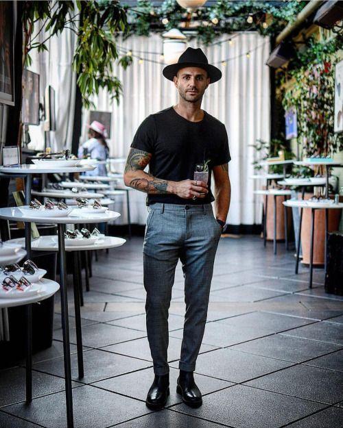 黒い帽子と黒いTシャツ)