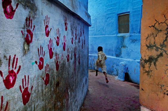 Steve McCurry - boy in mid-flight  Jodhpur , India