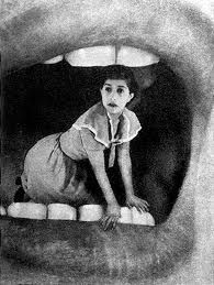 Fotomontaje, mujer en una boca