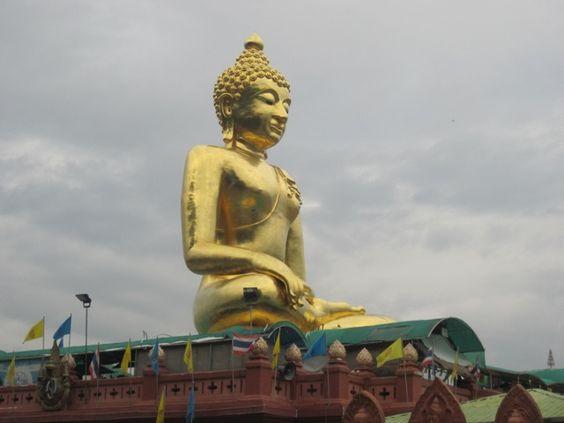 Vejam que linda imagem do Buda, às margens do rio Mekong, protegendo o Triângulo Dourado. #voali