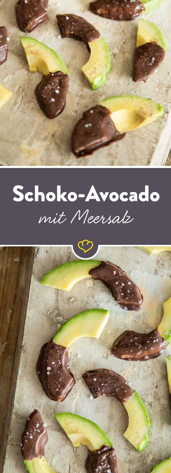 Avocado in Spalten schneiden, in Schokolade tunken und mit Meersalz bestreuen. Ein salziges Schokovergnügen gegen dein Nachmittagstief.