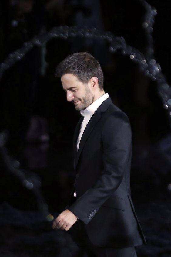 Revista Ellas El diseñador Marc Jacobs se despidió hoy de la casa Louis Vuitton, como director creativo.  El diseñador se concentrará ahora en su propia marca. El saludo al final de la pasarela primavera 2014 en París, fue su adiós.