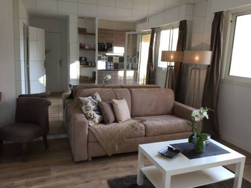 Magnifique studio centre Cannes Cannes Situated in Cannes, this air-conditioned apartment features a terrace with garden views. The unit is 900 metres from Palais des Festivals de Cannes. Free WiFi is provided throughout the property.