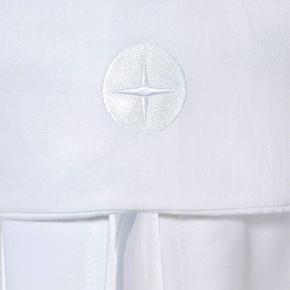 """Kollektion """"Nordic"""" für Mädchen und Jungen aus Waffelpique und Satin in Weiß. 100% Baumwolle kombiniert mit feinen Baumwollpaspeln."""