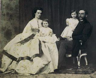 Abb. Anonymer Photograph, Das Erbprinzenpaar Helene und Maximilian Anton mit den beiden Töchtern Elisabeth (sitzend, geb. 1860) und Luisa (geb. 1859), um 1863 Schloß St. Emmeram. Lit.: BAUMANN, Dissertation mikrofiche, Bd. 3, Abb. 8. Am 26. Juni 1867 verstarb der kränkelnde Erbprinz, der im Mai noch die Geburt des zweiten Sohnes Albert erleben durfte. Kaiser Franz Joseph und Sisi waren bei der Bestattung am 29. Juni in Regensburg.