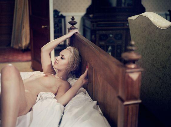Diese #Bilder von #Pornostars zeigen, wie es bei den #Dreharbeiten wirklich zugeht. #porno #fotografie http://www.huffingtonpost.de/2015/09/28/porno-industrie-bilder-nackt-fotografie-sophie-ebrard_n_8196180.html?ncid=fcbklnkdehpmg00000002