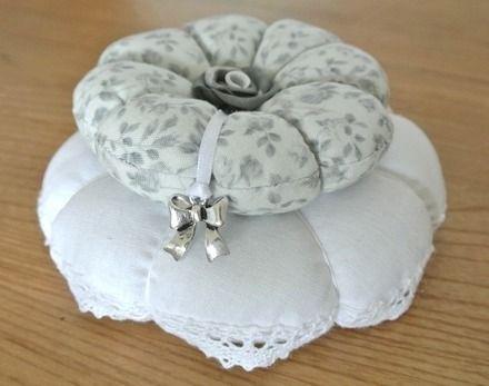 """NOUVEAU ! Pique-aiguille composé de deux """"citrouilles"""", l'une en drap ancien bordé de fine dentelle cousue main, la seconde en tissus gris perle orné de roses. Le centre de ce p - 9371025"""