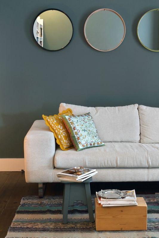 mur bleu gris mettant en valeur le canapé couleur lin et contrasté - chambre bleu gris blanc