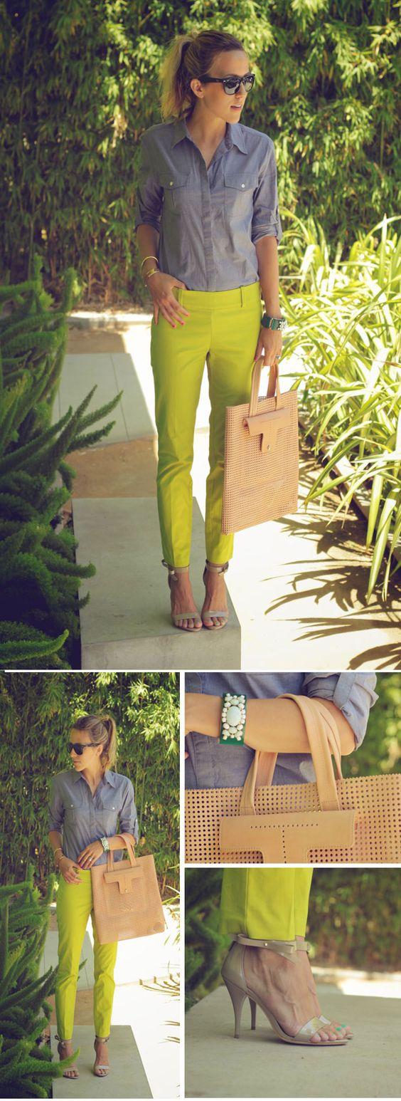 """Nos encanta como Jacey, blogger de """"Damsel in Dior"""", armó este look de @Ann Taylor con los pantalones Chelsea """"cropped"""", camisa cambray y los zapatos Greta de charol."""