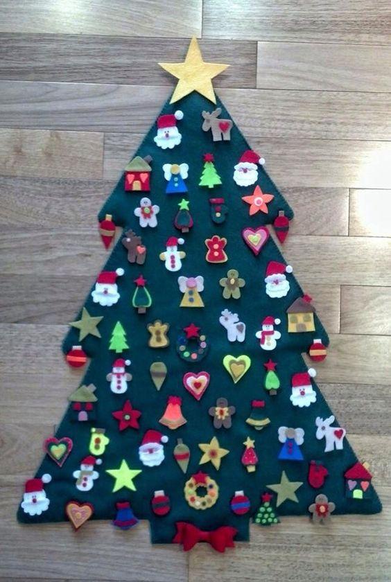 Árvore de Natal com enfeites em feltro