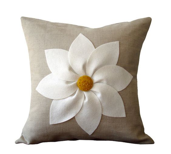 Natural Decorative Pillow : Flores blancas y amarillas funda de almohada de lino Natural por JillianReneDecor decoracion ...