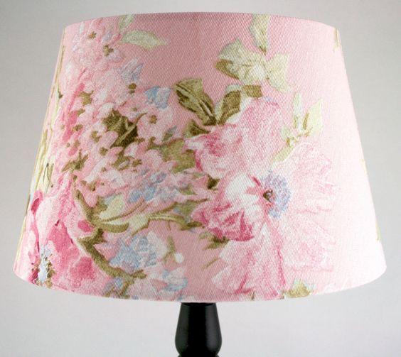 Rosa Lampenschirm mit Blumenmuster