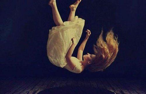 mujer-cayendo-representando-cuando-fracasas