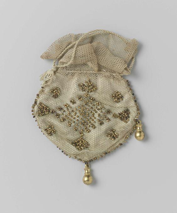 Kleine buidel van beigekleurige tule, met aan de voor- en achterkant meegeweven goudkleurige kralen, anoniem, ca. 1800 - ca. 1815