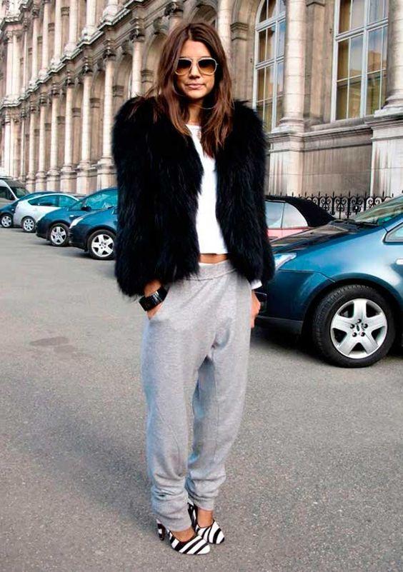 Christine Centenera faz mix de casaco de pelos com calça jogging de moletom