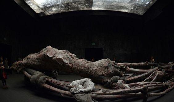 """Die Skulptur """"Krüppelholz"""" der belgischen Künstlerin Berlinde deBruyckere im Belgischen Pavillon der Biennale von Venedig, Mai 2013 (GABRIEL BOUYS / AFP)"""