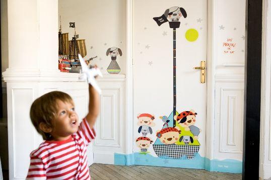Pegatinas decorativas de Tuc Tuc para decorar el dormitorio infantil.