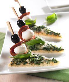 Leckere Salami-Mozzarella-Spieße mit Pizzaecken.