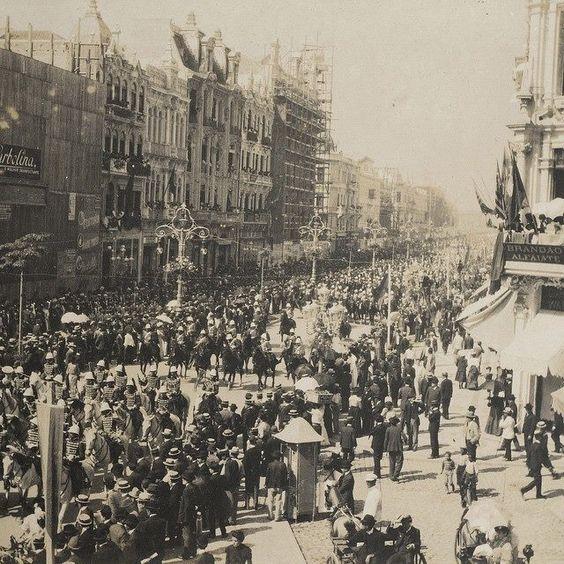 Vista da Avenida Central, no Rio de Janeiro, durante a inauguração do Palácio Monroe em 1906.