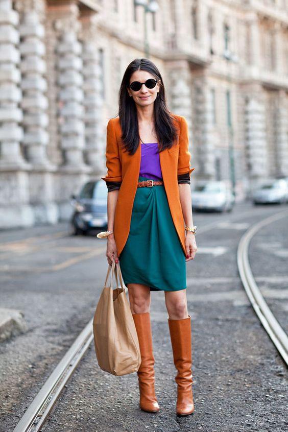 Mujer usando botas y chaqueta en color camel