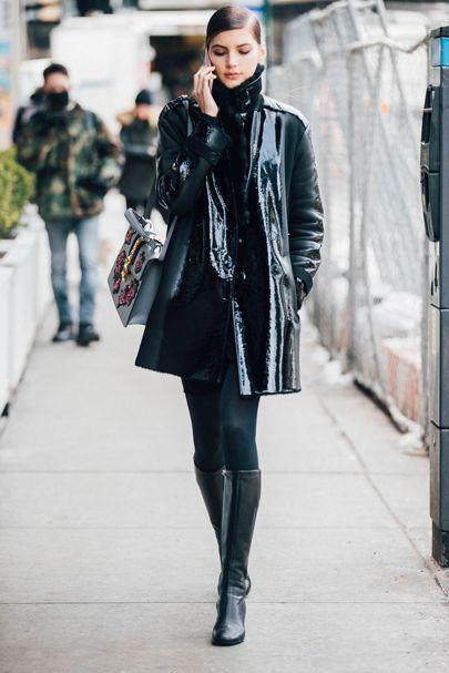 O look total preto é sempre uma ótima escolha, brinque com diferentes tecidos para criar diferentes texturas!