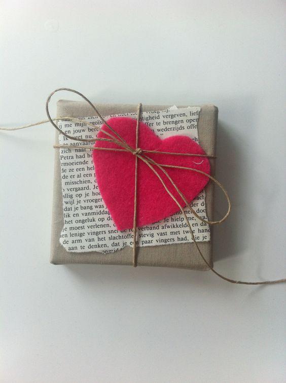 Feltro, barbante, papel kraft e um trecho do livro favorito do presenteado, é tudo o que você precisa para esse embrulho. #DIY #Presente: