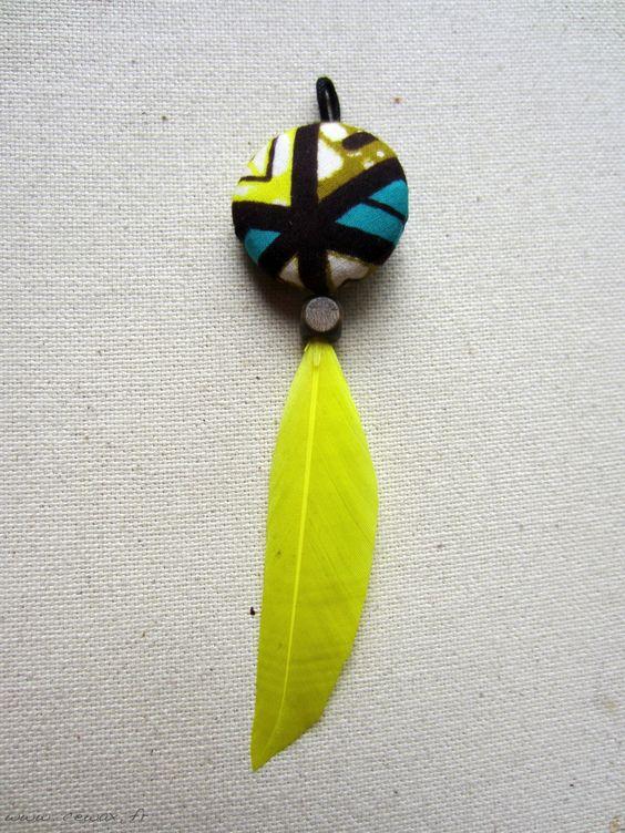 Pendentif à plume et tissu africain à motif : Pendentif par cewax Tous les articles Céwax sont des pièces uniques et sont fabriqués à la main en France. www.cewax.fr