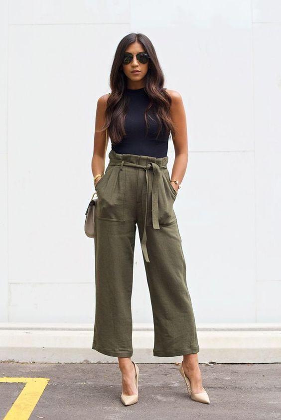 idée pour une tenue pantalon kaki de coupe carotté porté en été en combinaison avec un top noir et des escarpins à haut talon couleur nude