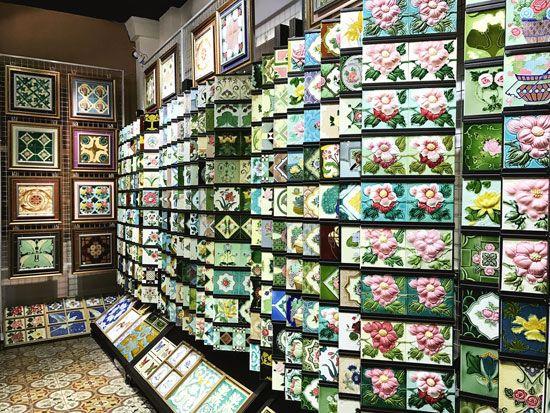 Những sản phẩm thêu truyền thống bán ở khu Katong Singapore.