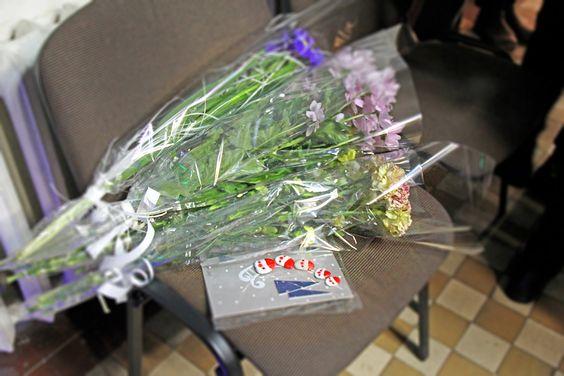 Цветы и подарки от друзей и коллег. Фото Жени Шведы