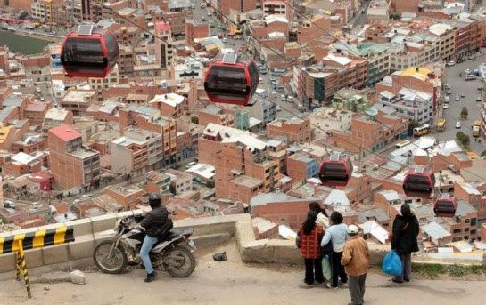 Personas observan el paso del nuevo teleférico en La Paz, Bolivia.