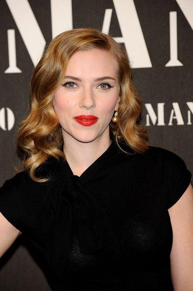 Scarlett Johansson Medium Curls - Scarlett Johansson Shoulder Length Hairstyles - StyleBistro