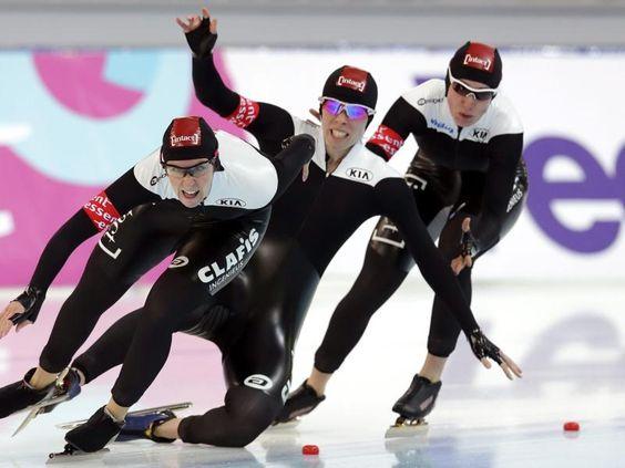 Christine Nesbitt (M) stürzt in der Teamverfolgung bei den Eisschnelllauf-Weltmeisterschaften in Sotschi. Das ist das Ende der Medaillenträume fürs kanadische Team. (Foto: Maxim Shipenkov/dpa)