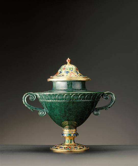 Vase en prime d'émeraude (chromojadéite), entré dans la collection du cardinal Mazarin et puis dans celle de Louis XIV – Milan, vers 1535; Monture: Paris, vers 1630 - Paris, Musée du Louvre: