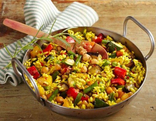 Vegetarische Paella:  250 g Bohnen, grün 150 g Paprika, rot 150 g Paprika, gelb 250 g Zucchini 250 g Aubergine 200 g Gemüsezwiebeln 2 Knoblauchzehen 1 Liter Gemüsebrühe 6 EL Olivenöl, nativ extra 1 Dose Safranfäden 400 g Tomaten 1 Dose Kichererbse (Abtropfgewicht 240 g) 400 g Paella-Reis 1 TL Paprikapulver, edelsüß 0,5 TL Koriander, gemahlen Salz 1 kleine Peperoni, rot 1 EL Petersilie, fein geschnitten Thymian