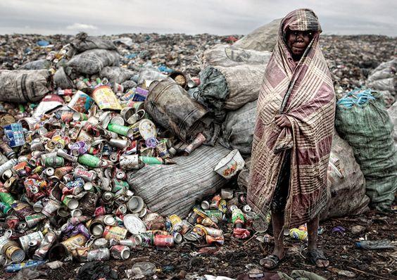 Une série perturbante du photographe portugais José Ferreira, réaliséee lors de son périple au Mozambique. A quelques foulées de l'aéroport national de Maputo, il découvre la décharge d'Huléne, un vaste territoire où gravite un microcosme composé de parias, d'exclus, d'êtres privés de tout.
