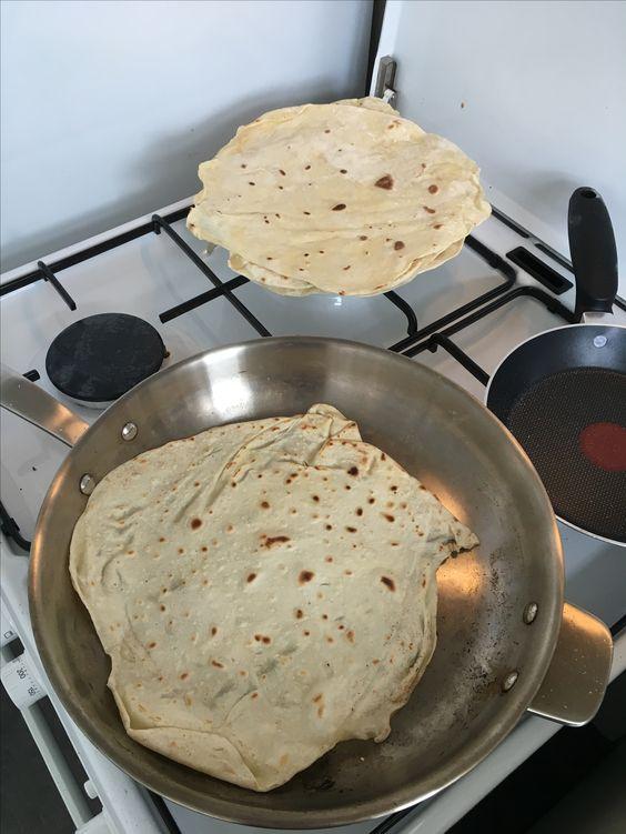 ingrediënten voor 6 tortilla's 250 gr bloem 1/2 tl zout 2 tl olie 1 tl bakpoeder 100 ml lauw warm water Bolletjes maken en 30 min laten rijzen. Uitrollen en in een hete pan bakken.