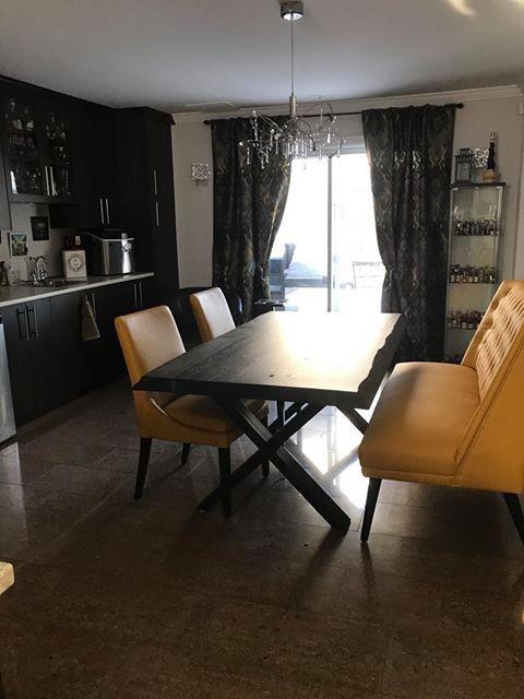 Table Selena Bois De Grange Stout 72 X 40 3 Epais Cotes Ondules Banquette Meridian Cu018 Jaune Et Chaises Sinatr Cu0 Banquette Chaise Table