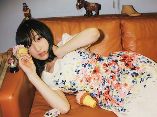 ソファに横たわる佐倉綾音さん