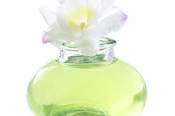 Leere Parfumflakons als Mini-Vase