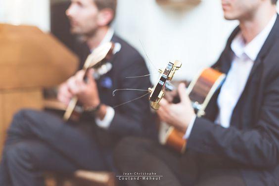 https://flic.kr/p/MjhkZV | Joueurs de guitare électrique | Joueurs de guitare électrique pendant la cérémonie d'un mariage  uninstantphoto.com/photographe-de-mariages-chinon/