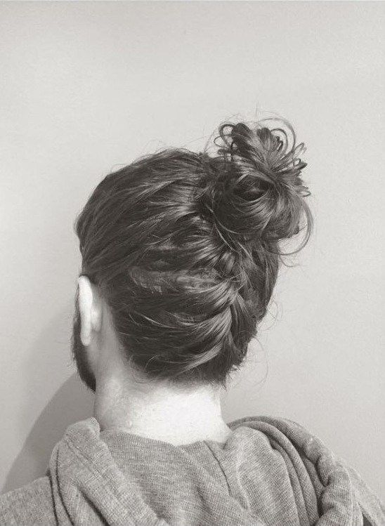Hipster To Adopt Man Bun Haircut As Well Gars Aux Cheveux Longs Coiffure Cheveux Long Homme Coiffure Homme