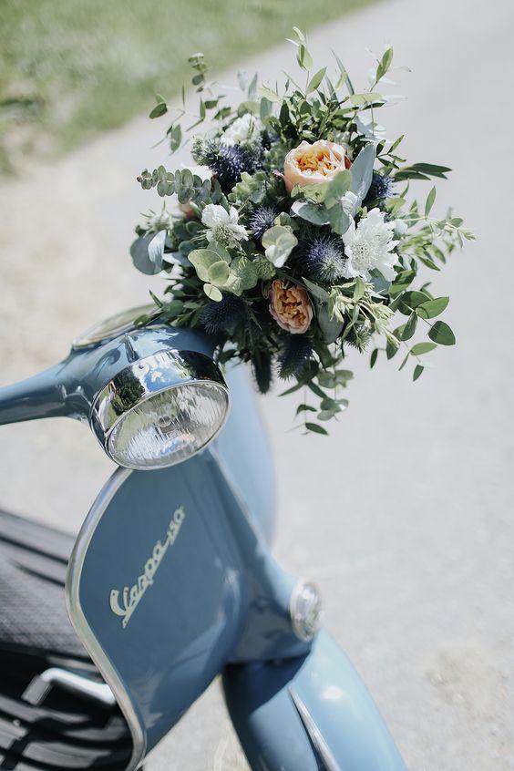 Brautstrau� mit Rosen und DIsteln für Sommer #brautstrau� #sommer #blau #rosen #disteln #rosa Scandi Chic trifft Hippie Flair: Eine DIY Hochzeit