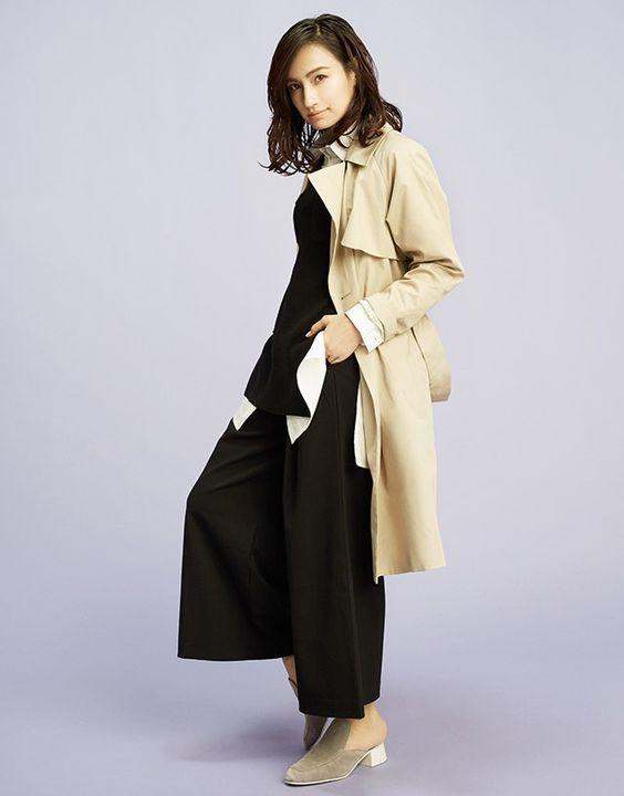 ベージュのトレンチコートをきて立っている佐田真由美の画像