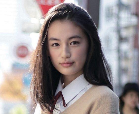 制服の八木莉可子