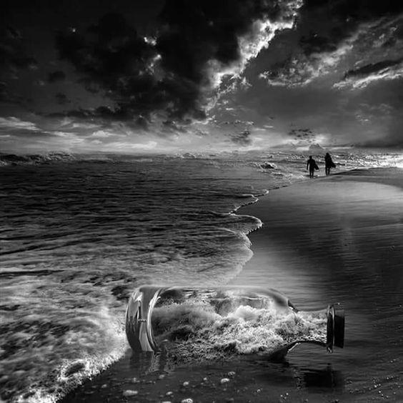 أعمارنا على المحك جلس رجل ﻋﻠﻰ شاطئ ﺍﻟﺒﺤﺮ ﻟﻴﻼ قبل ﺍﻟﻔﺠﺮ ﻓﻮﺟﺪ كيسا مملوء ﺑﺎﻟﺤﺠﺎﺭة ﻓﻤﺪ White Photography Black And White Pictures Black And White Photography
