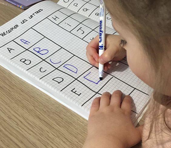 Quelques idées d'activités à faire avec les enfants pour leur apprendre à écrire les lettres en majuscules tout en s'amusant : recopier, chercher, écrire...