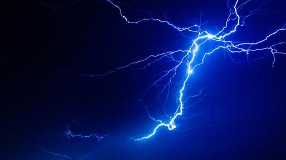 TumblroqxedZUvitogif Lightning - A lightning storm synchronised with dramatic music