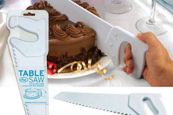 Objetos locos para la cocina  Si te cuesta cortar una torta este serrucho te viene bien. Foto: Gentileza Taringa