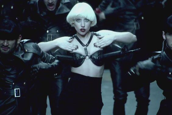 Videoclips que MTV censuró • LADY GAGA •  Videoclip: Alejandro •  Motivos: Lady Gaga disfrazada de monja se come un rosario. Y todo con una estética con cierto aire filonazi. Se emitió solamente en MTV Hits.